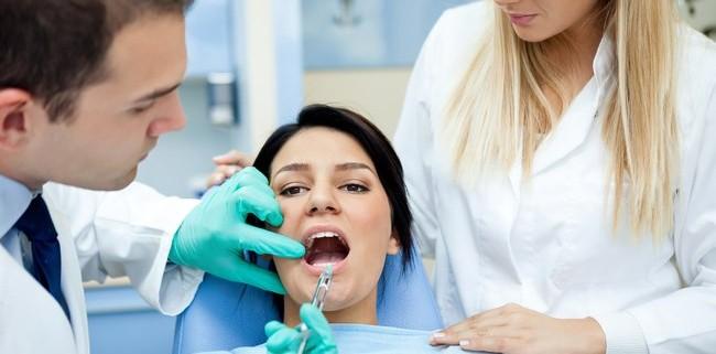 Zahnarzt verabreicht eine Spritze